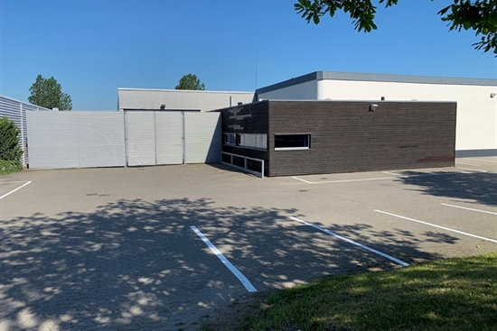 790 m2 lager, kontor, showroom i Egå til leje